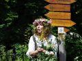 Kräuterfrau Susanne  mit Johanniskraut gegen Melancholie